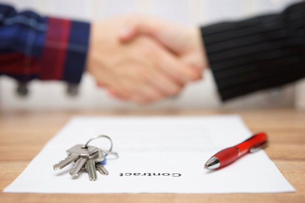 shaking-hands-background-contract-keys-pen-2400